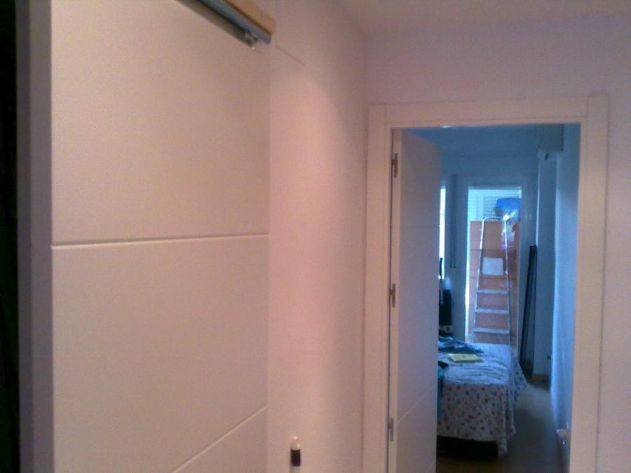 Foto puerta corredera deslizante sobre tabique lacada en - Puerta lacada en blanco ...