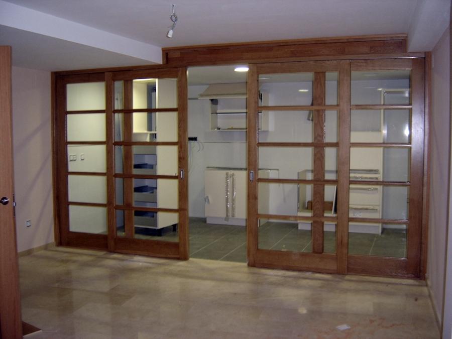 Foto puerta corredera en madera maciza de construcciones for Puerta corrediza de madera