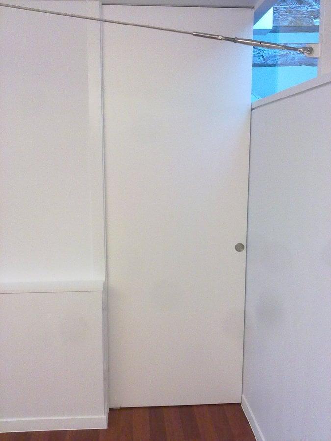 Puerta corredera lacada en blanco