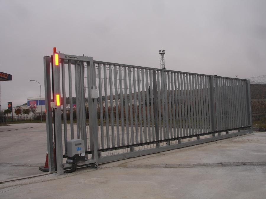 Foto puerta corredera metalica navarra de navatek puertas - Puerta corredera metalica ...