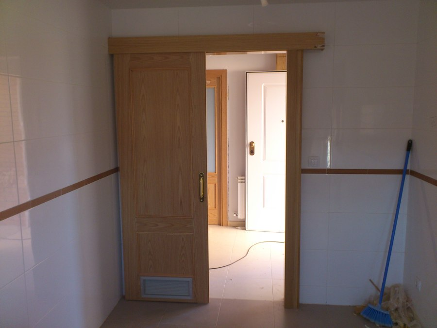 Puertas de madera para cocinas dise os arquitect nicos - Puerta corredera cocina ...