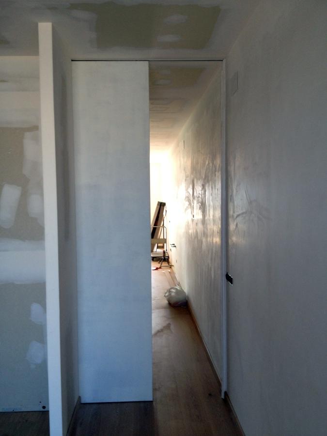 Foto puerta corredera suelo techo de cuines del maresme - Hacer puerta corredera ...