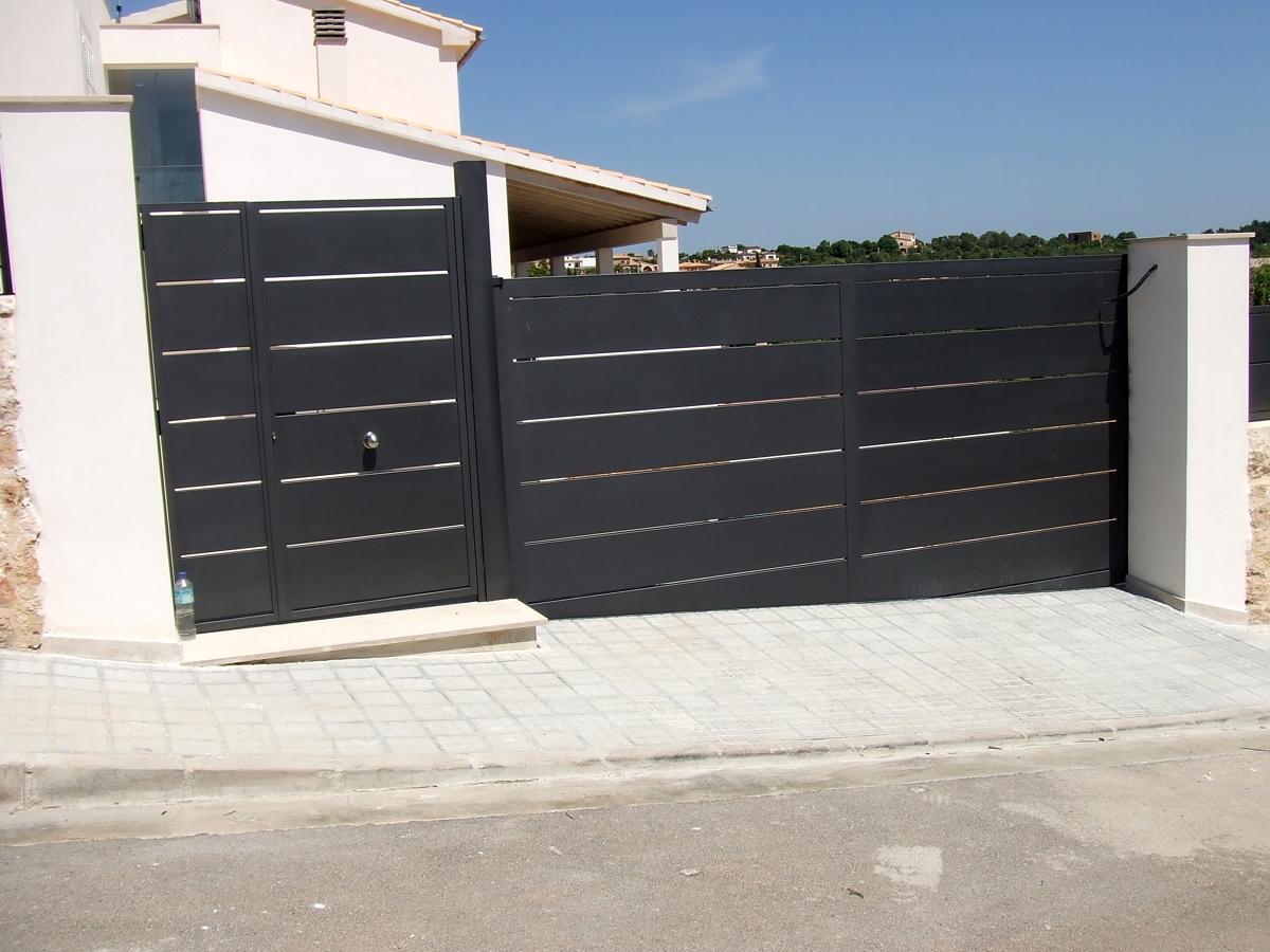 Foto puerta corredera y puerta peatonal de metal rgica for Puerta corredera de castorama corredera