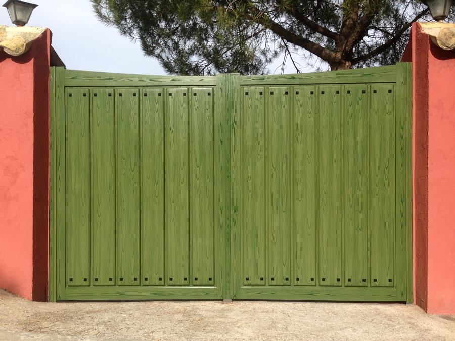 Foto puerta de aluminio abatible doble imitaci n madera for Puerta doble madera
