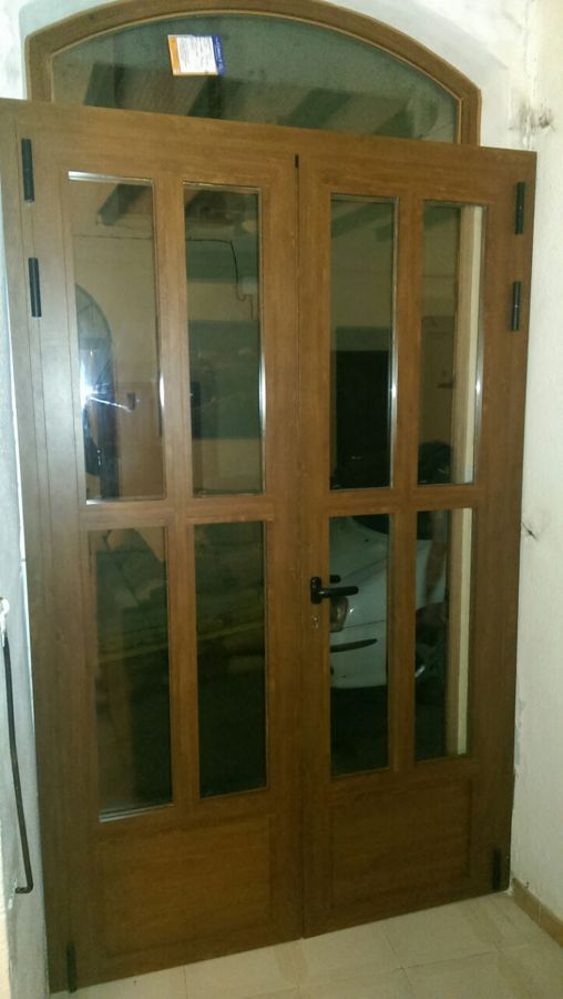 Foto puerta de aluminio imitaci n madera de vykalum for Ventanales de aluminio imitacion madera