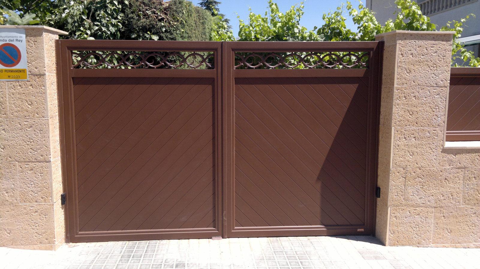 Foto puerta de aluminio soldado cara externa de montajes for Puerta corrediza externa