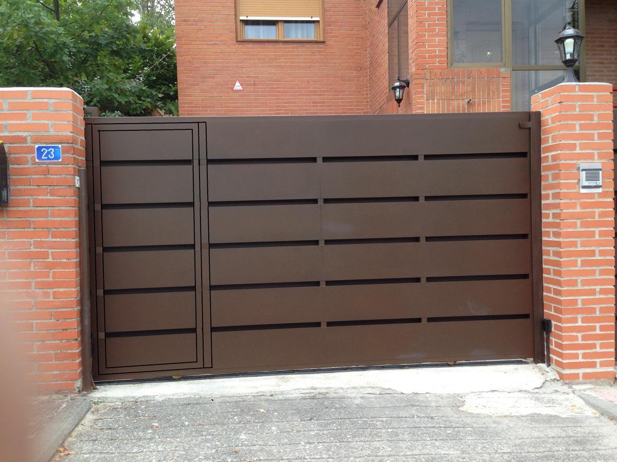 Foto puerta de chapa doble con rendijas de autopuertas for Puertas de chapa para exterior
