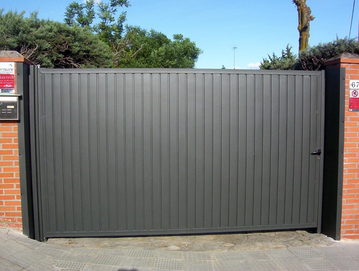 Foto puerta de chapa de alvarado talleres metalicos s l for Puertas de chapa para exterior