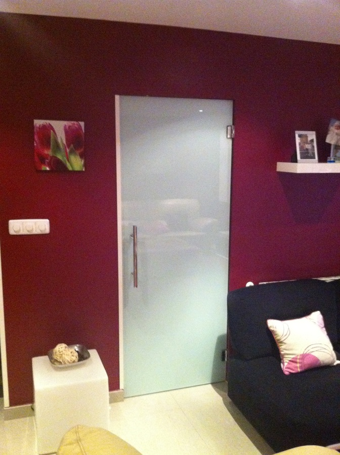 Foto puerta de cristal en salon de reformas remag 707602 - Cristal puerta salon ...