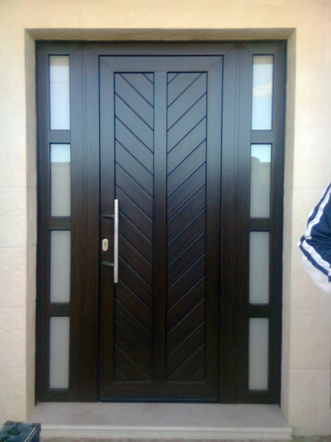 Foto puerta de enrada con fijo laterales de francisco for Puertas metalicas entrada principal