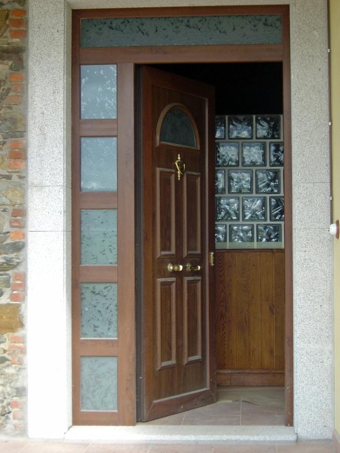 Foto puerta de entrada chalet cudillero de ventanas astur - Puertas de chalet ...