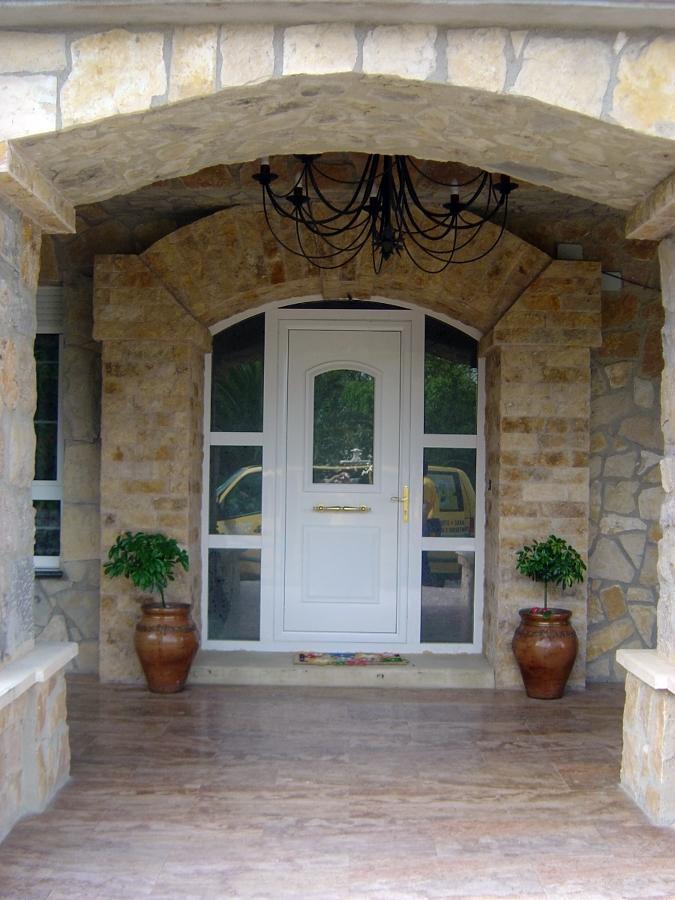 foto puerta de entrada chalet tam n de ventanas astur