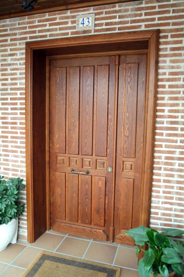 Foto puerta de entrada clasica de nicolas madrid s l - Puertas de madera de entrada ...