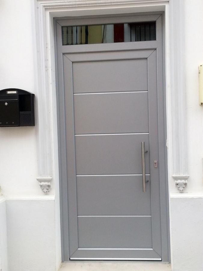 Foto puerta de entrada color plata de sevent puertas y for Colores para puertas exteriores