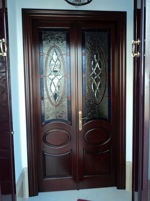 Puerta de entrada con cristales de vidriera.