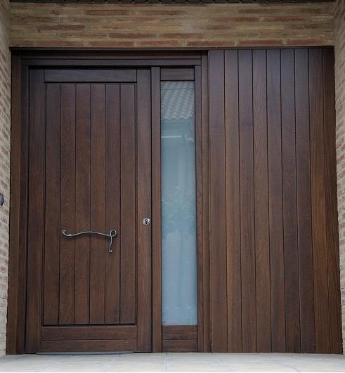 Foto puerta de entrada de madera de pino de carpinter a for Puerta entrada madera
