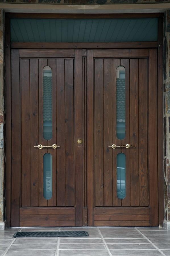 Foto puerta de entrada de madera maciza de carpinter a for Puertas en madera entrada principal