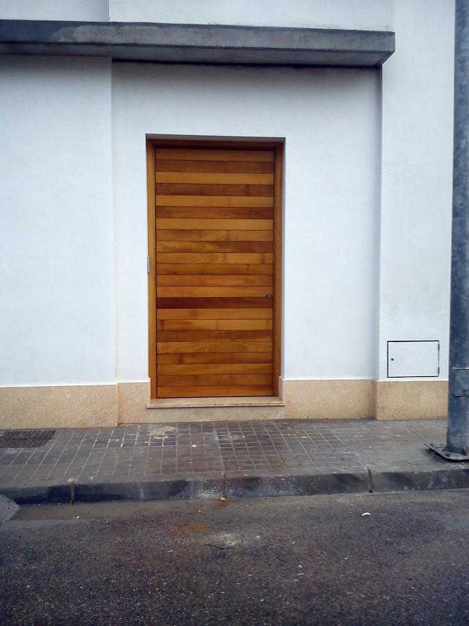 Foto puerta de entrada en madera de yroco de for Puerta entrada madera