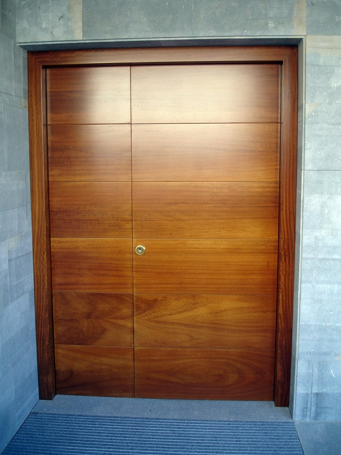Foto puerta de entrada en madera maciza de cerezo de for Puertas entrada madera maciza precios