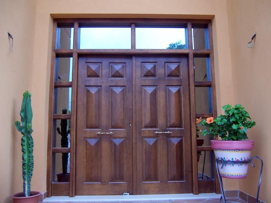 Foto puerta de entrada en pino melis macizo tintado en color nogal de carpinter a juan pedro - Puertas color pino ...
