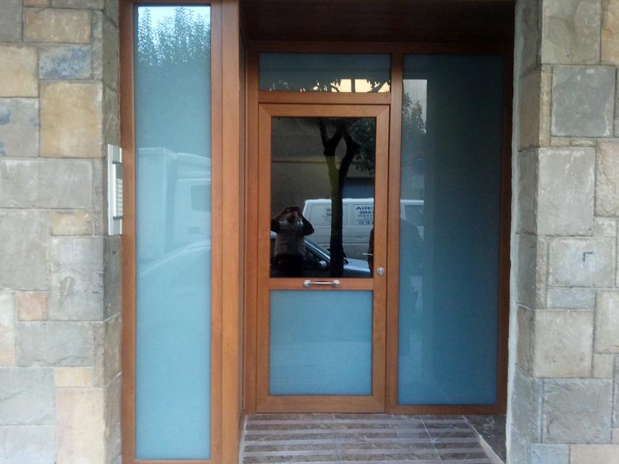 Foto puerta de entrada en pvc roble dorado de fusteria - Puerta exterior pvc ...