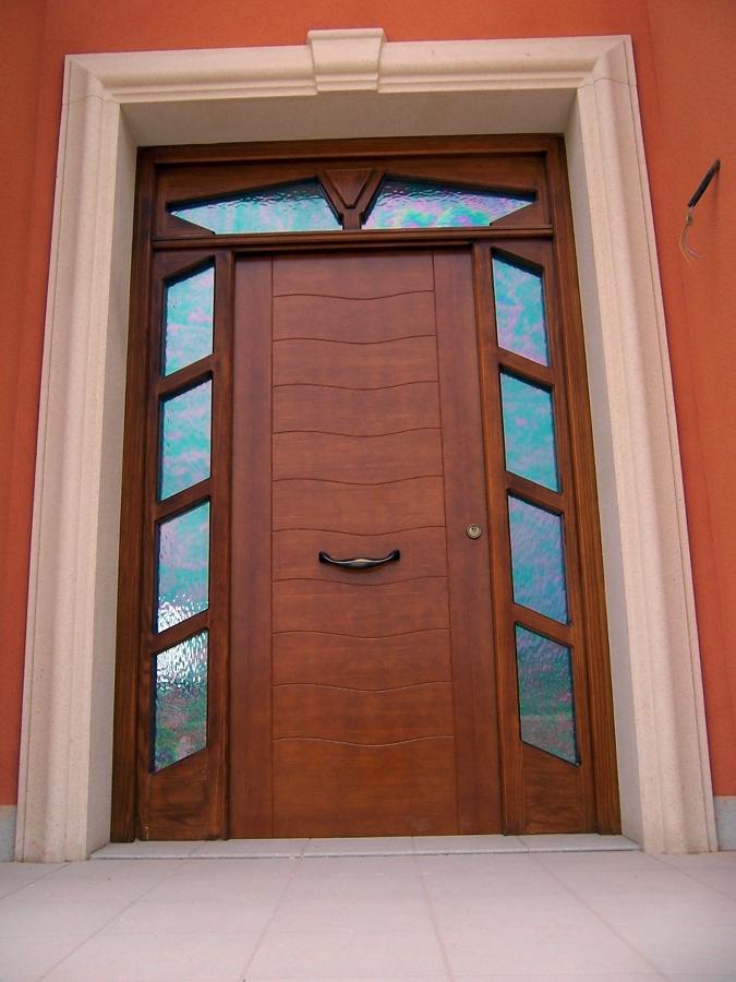 Foto puerta de entrada principal en pino tea tintado en - Puertas color pino ...