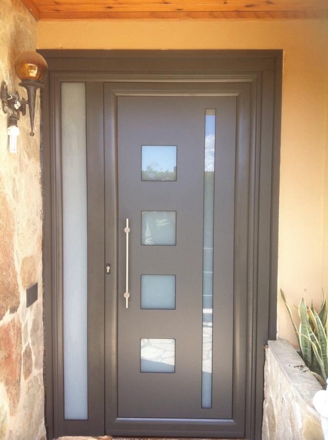 Foto puerta de entrada de aluminio sergio mart nez for Puertas de aluminio para entrada