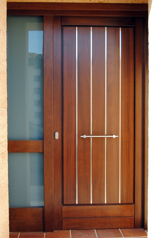 Foto puerta de exterior con listelos de acero inox de for Puertas metalicas modernas para exterior