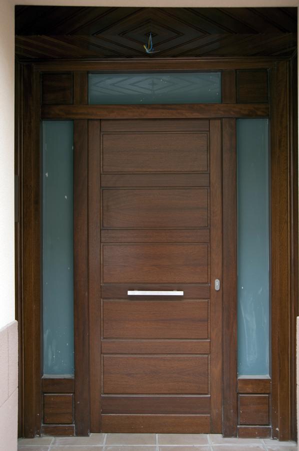 Foto puerta de exterior de carpinter a jos rutia s l for Puertas minimalistas exterior