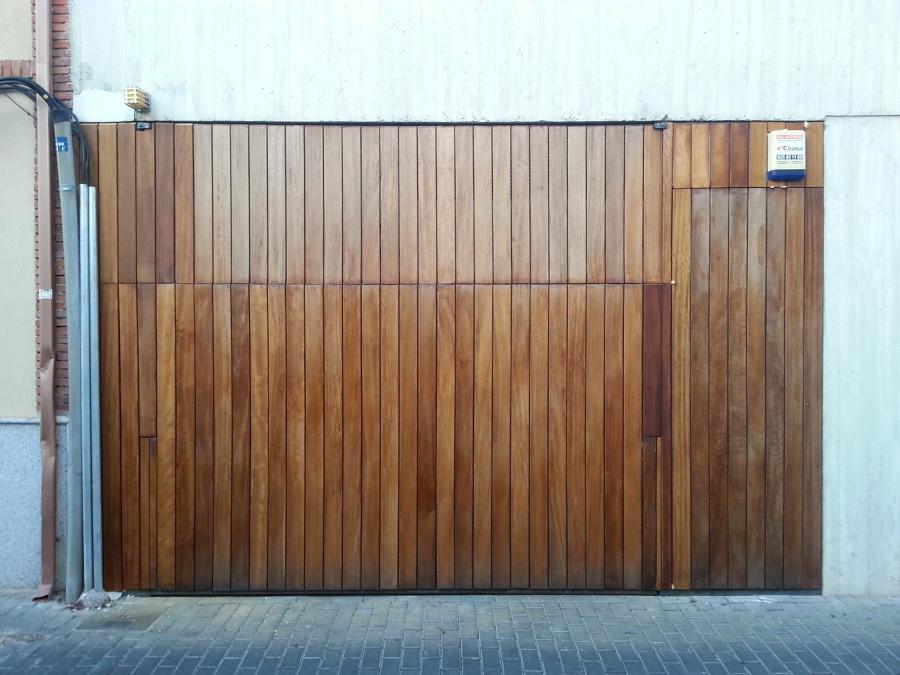 foto puerta de garage forrada en madera de iroko de