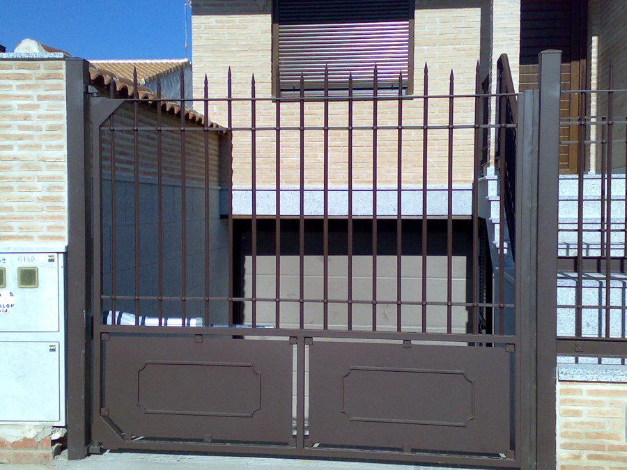Foto puerta de garaje abatible de cerrajeria magan y diaz for Puertas abatibles garaje