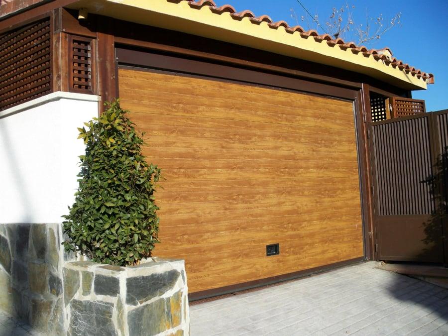 Foto puerta de garaje seccional madera de puertas ferrara - Puertas de garaje murcia ...