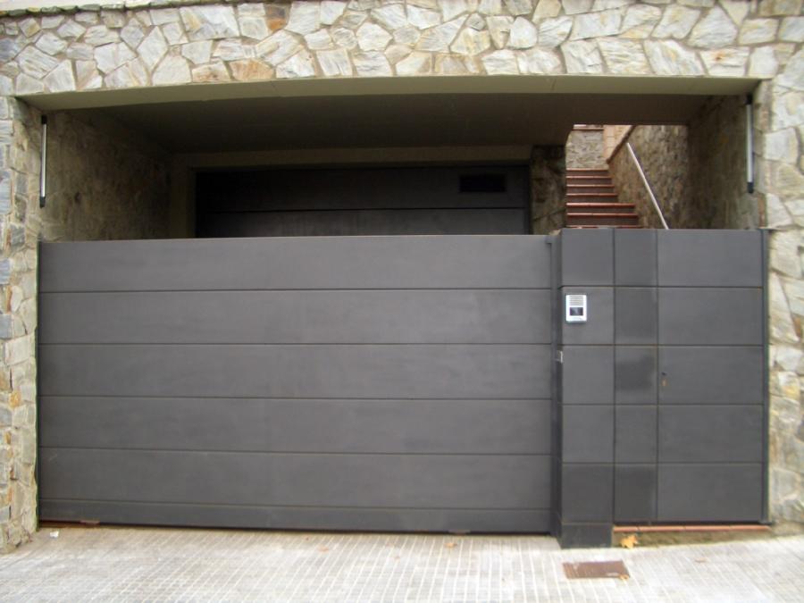 Foto puerta de garaje de puertas automaticas moreno 431969 habitissimo - Puertas de cochera ...