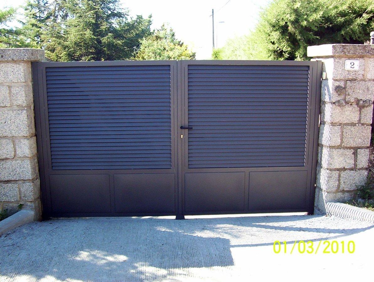 Foto puerta de lamas y cuarteron de chapa de alvarado for Catalogo puertas metalicas