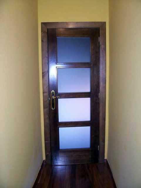 Foto puerta de madera con cristales de construcciones a for Cristales para puertas de madera