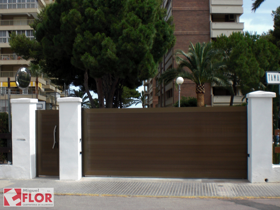 Puerta de parcela motorizada