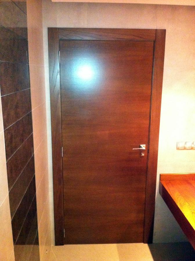 Foto puerta de paso de roble tintada color nogal de for Precio puerta roble