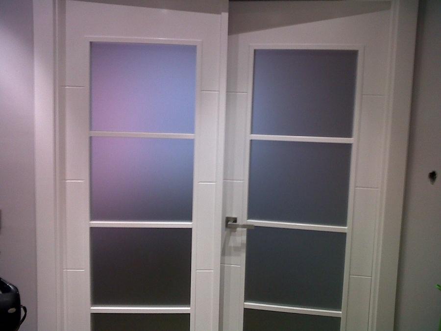 Foto puerta de paso de salom con cristales en blanco for Cristales para puertas de interior en barcelona
