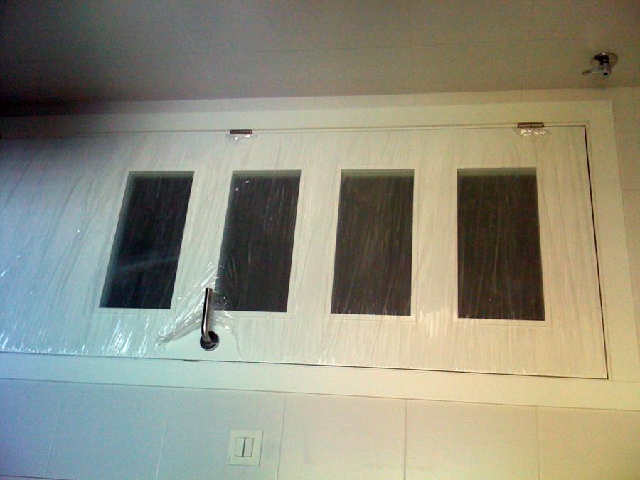 Foto puerta de paso lacada blanca con cristal de carmadec for Puerta blanca cristal