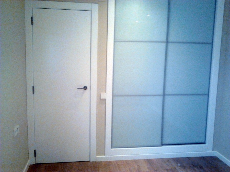 puerta de paso lacada en blanco y armario empotrado con puertas correderas y cristal lacovel