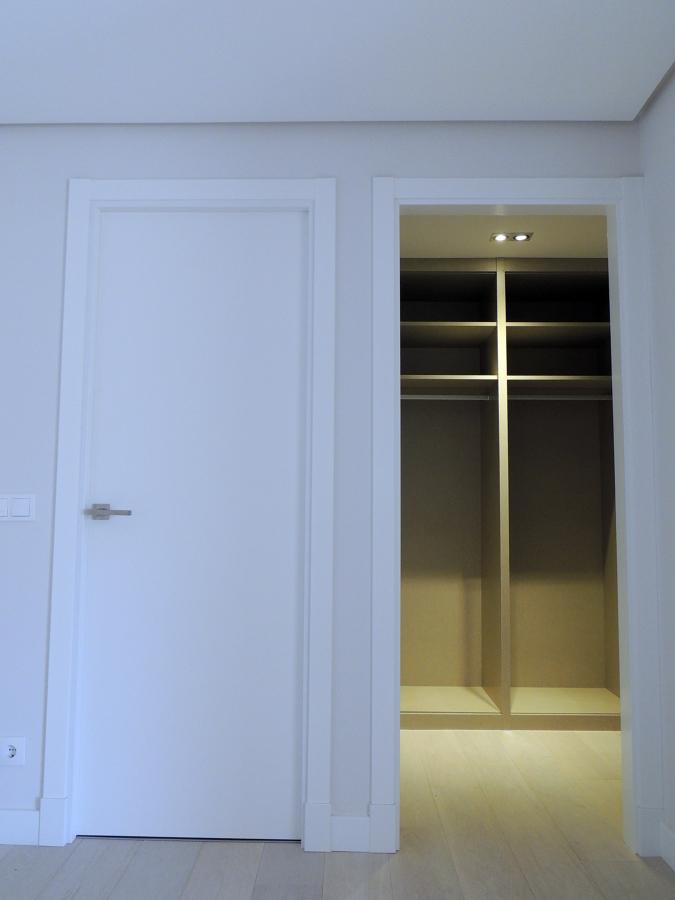 Foto puerta de paso lisa lacada en blanco y armario - Puerta lacada en blanco ...