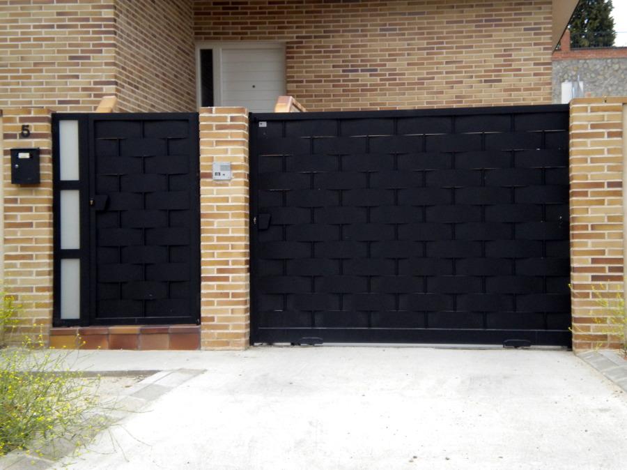 Foto puerta de paso y garaje de cerrajeria magan y diaz s for Puertas de madera para cochera