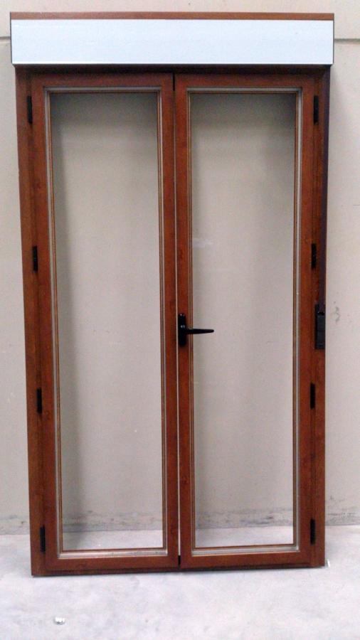 Foto puerta en imitaci n madera de dos hojas practicables - Puertas de aluminio imitacion madera ...