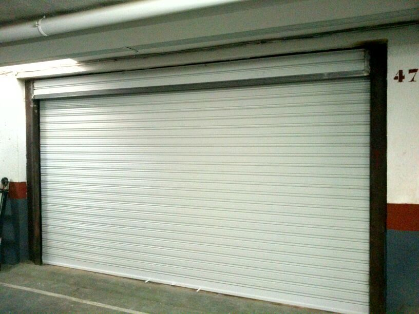 foto puerta enrollable para garaje cubierto de