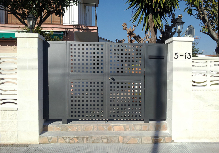 Puerta entrada a recinto comunitario