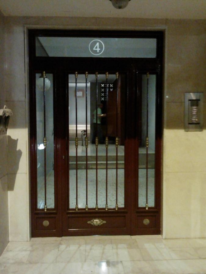 Foto puerta entrada edificio comunidades de carpinteria for Edificio puerta real madrid