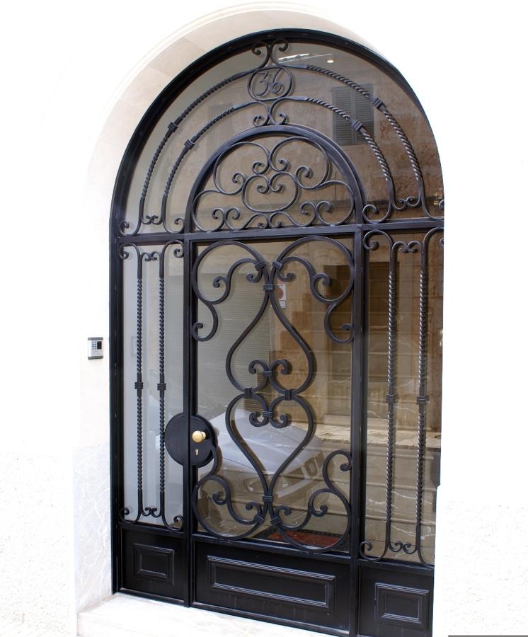 Foto puerta entrada forjada de metal l rgiques germans for Puertas de entrada de metal