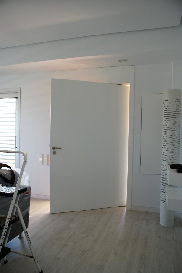 puerta entrada pivotamte eje desplazado
