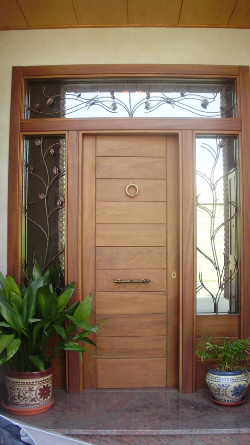 Foto puerta entrada principal de fusteria andreu llop for Precios de puertas de madera entrada principal