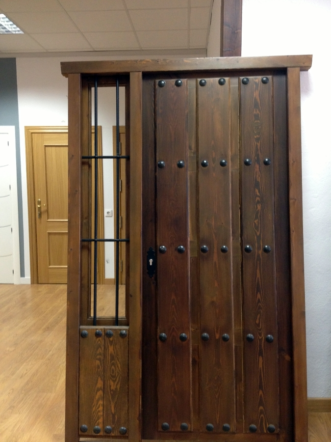 Foto puerta entrada r stica puerta y fijo lateral de for Precio puerta entrada casa